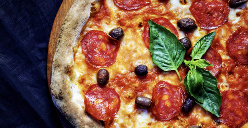 5 segreti per cuocere una pizza perfetta nel forno a legna